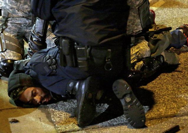 Dimostrante di Ferguson arrestato dalla polizia
