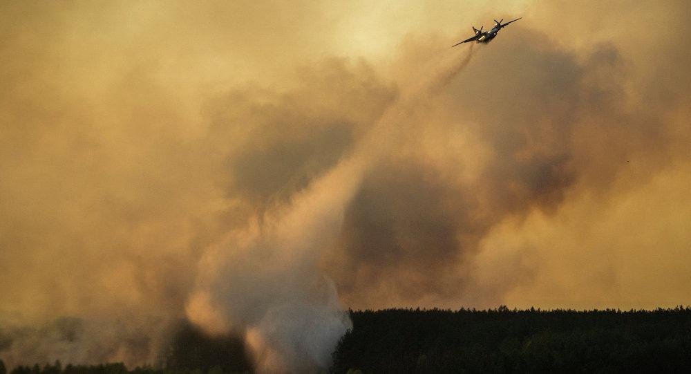 Un aereo spegne incendio boschivo nella zona di Chernobyl