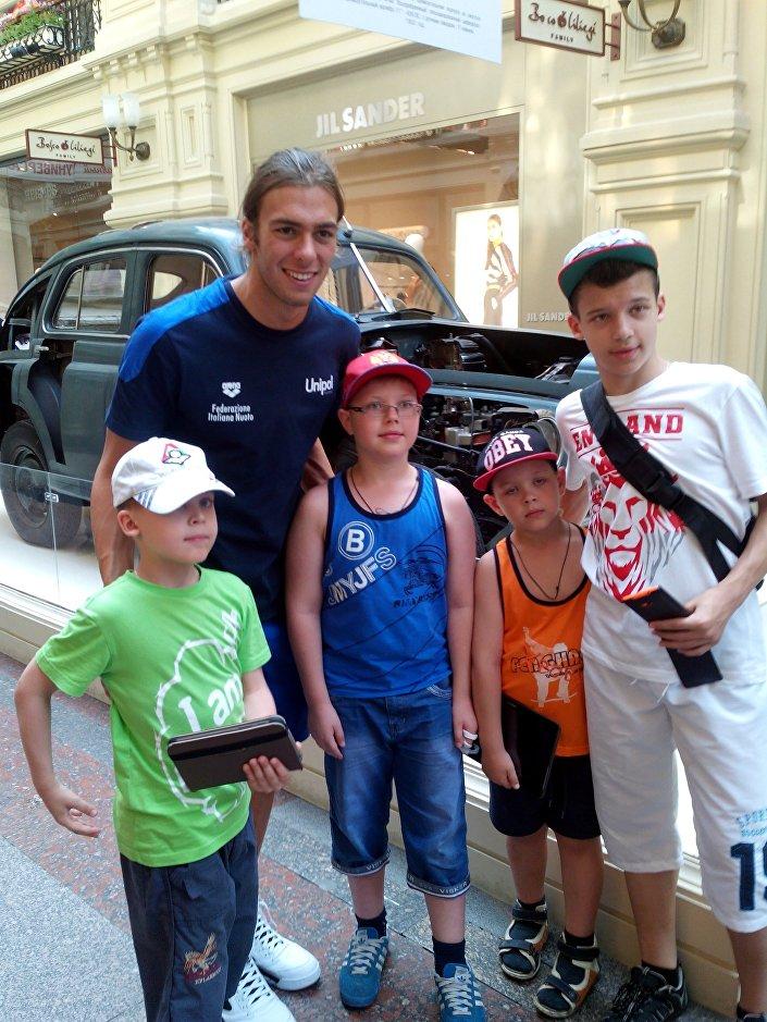 Greg e i suoi nuovi piccoli fans russi ai magazzini GUM di Mosca