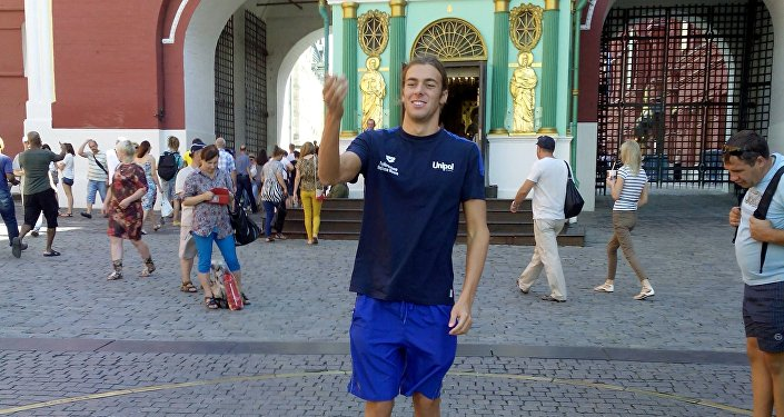 Come un turista qualsiasi Gregorio Paltrinieri lancia una monetina al km 0 di Mosca ed esprime un desiderio... l'oro olimpico di Rio?