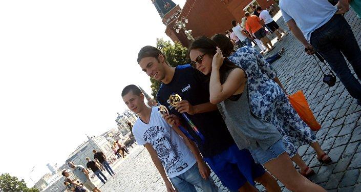 Gregorio Paltrinieri e due ragazzi russi che volevano una foto con lui