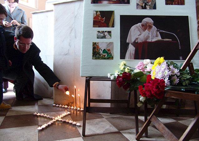 Fedeli ad una messa in memoria di papa Giovanni Paolo II