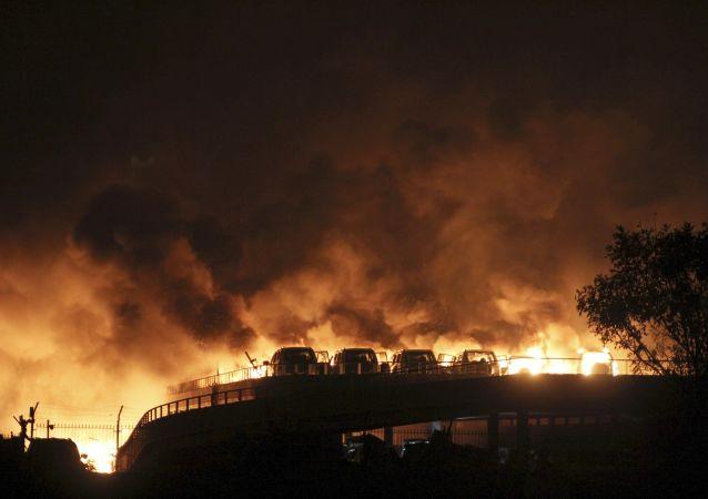 L`incendio provocato dall'esplosione a Tanjin cinese