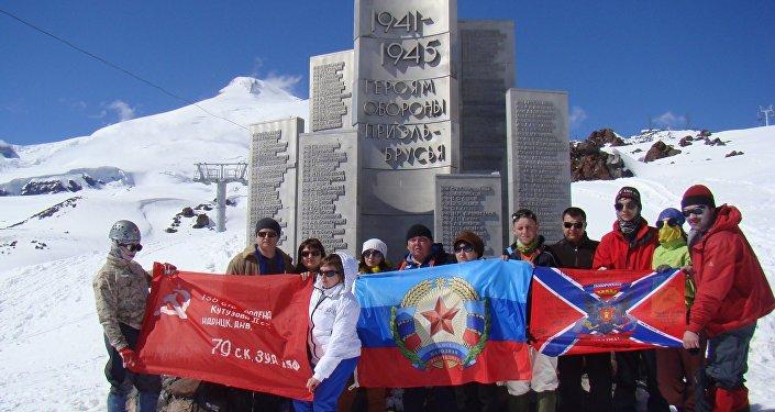 Alpinisti da Lugansk sulla cima dell'Elbrus vicino al monumento agli eroi della Grande Guerra Patriotica, maggio del 2015.