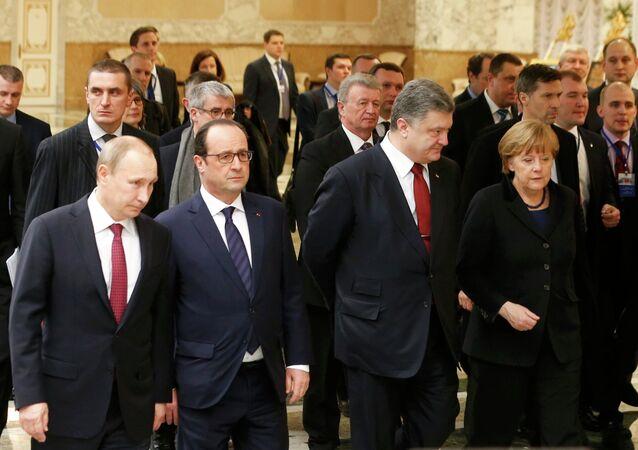 Vladimir Putin, Francois Hollande, Petr Poroshenko e Angela Merkel a Minsk durante le trattative a Minsk