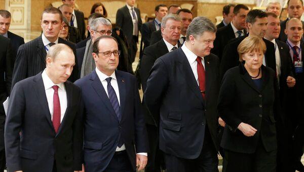 Vladimir Putin, Francois Hollande, Petr Poroshenko e Angela Merkel a Minsk durante le trattative a Minsk - Sputnik Italia