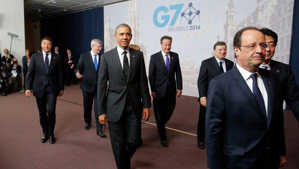 Il presidente degli USA Barack Obama seguito dal primo ministro italiano Matteo Renzi al G7. - Sputnik Italia