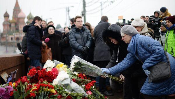 Mosca, fiori nel luogo uccisione di Boris Nemtsov - Sputnik Italia