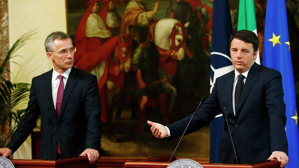 Italian Prime Minister Matteo Renzi (R) talks during a joint news conference with NATO Secretary-General Jens Stoltenberg at the end of a meeting at Chigi Palace in Rome February 26, 2015. - Sputnik Italia
