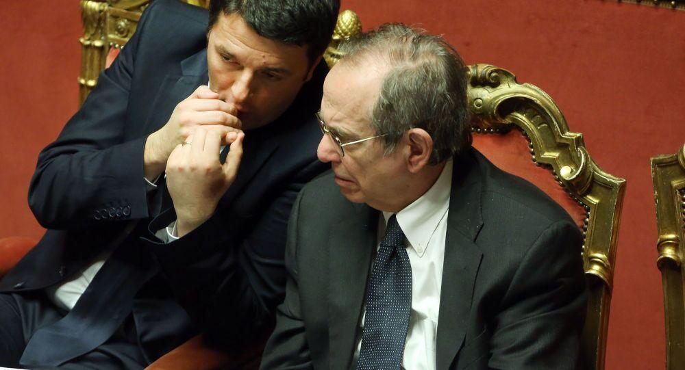 Premier Matteo Renzi e il ministro di Economia e Finanze Pier Carlo Padoan (foto d'archivio)