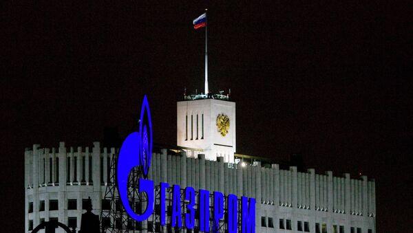 Logo di Gazprom al fronte di Palazzo di Governo russo - Sputnik Italia