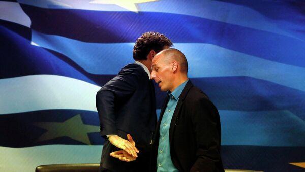 Jeroen Dijsselbloem, (L) head of the euro zone finance ministers' group, and Greek Finance Minister Yanis Varoufakis - Sputnik Italia