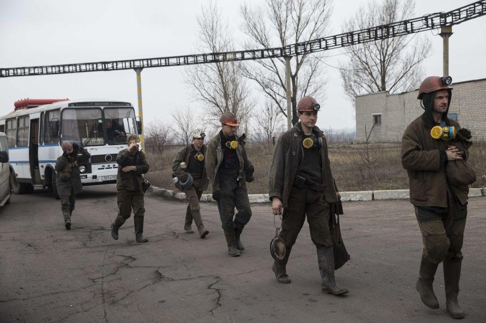 Minatori durante le operazioni di soccorso nella miniera di Zasyadko