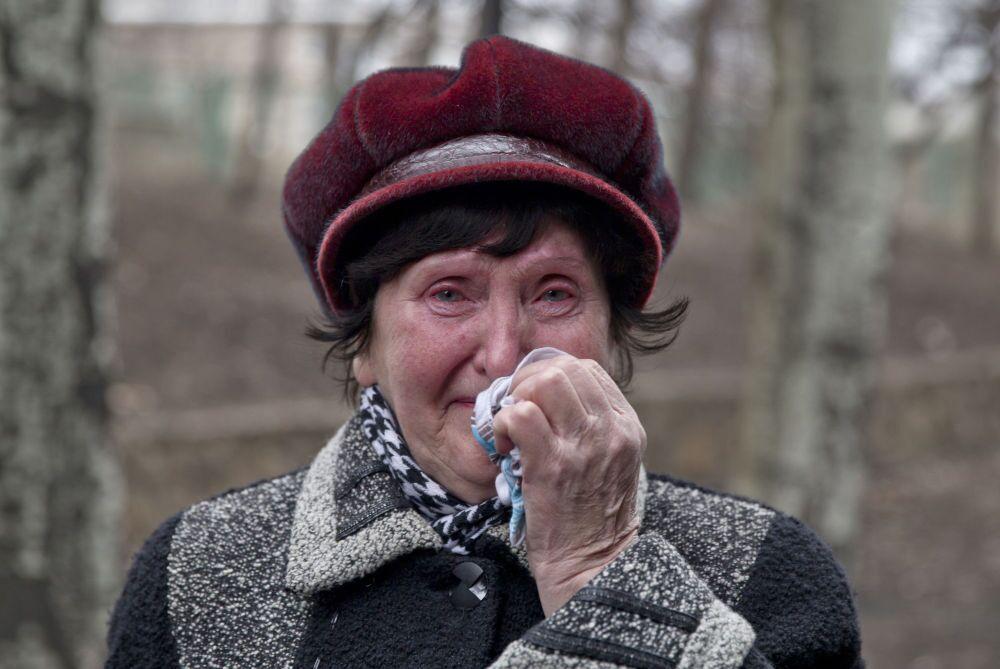 Il dolore negli occhi di una parente di un minatore
