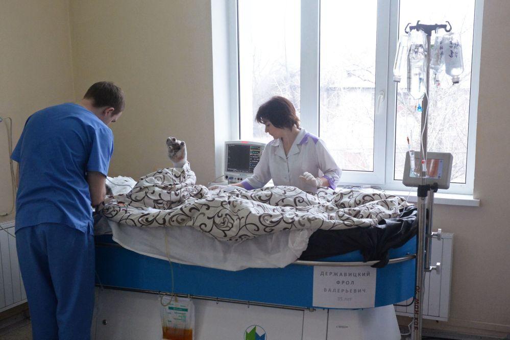 Il personale medico si prende cura di un paziente ferito dopo l'esplosione nella miniera di Zasyadko