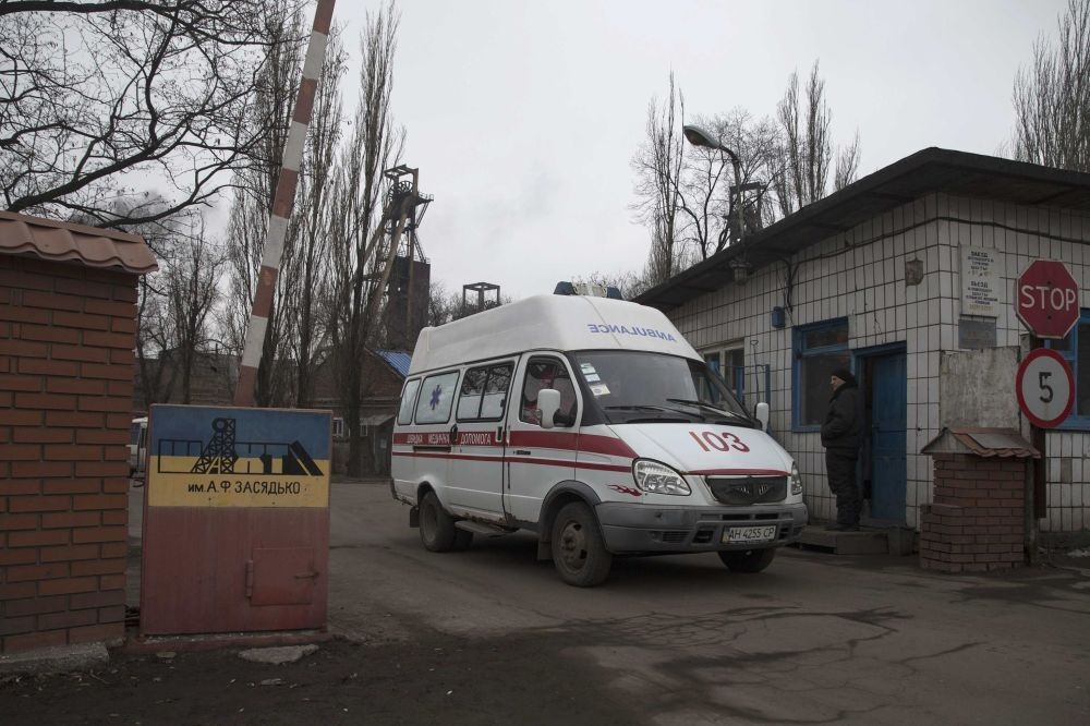 Un'autoambulanza esce dal territorio della miniera Zasyadko di Donetsk