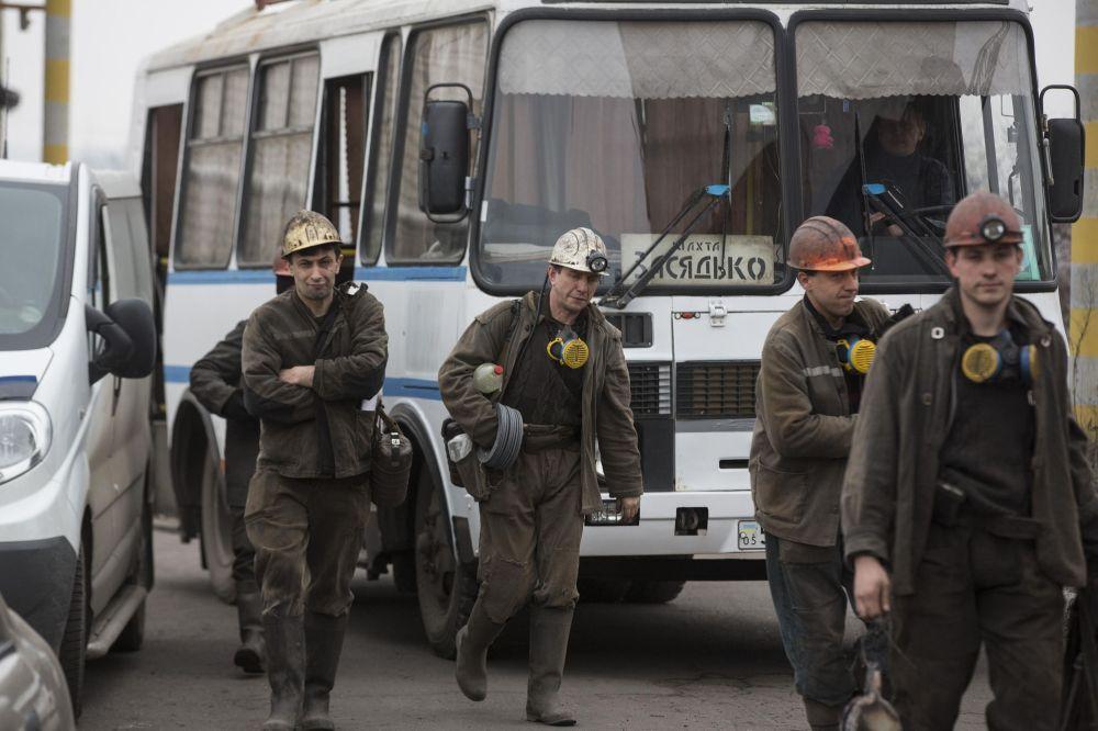 Minatori durante le operazioni di soccorsso nella miniera Zasyadko a Donetsk