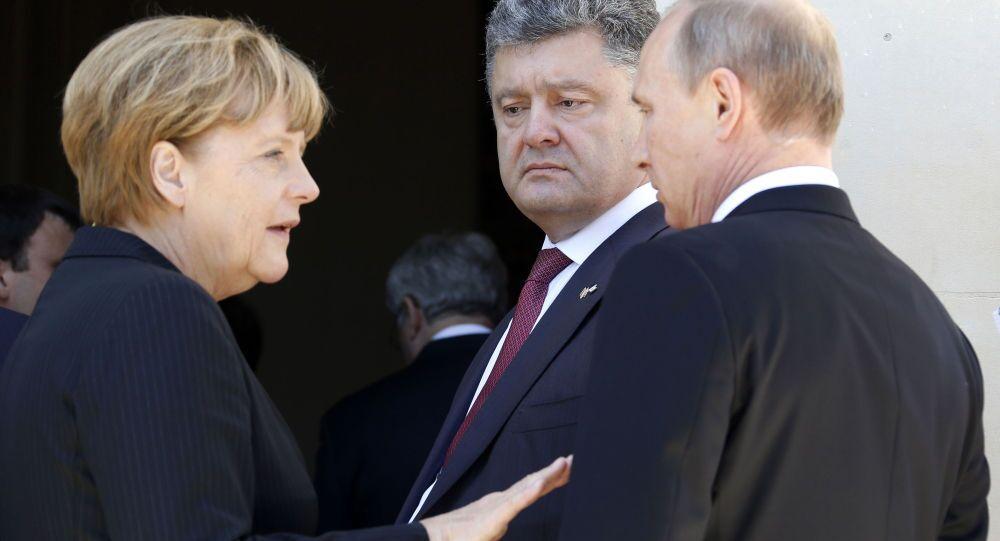 Angela Merkel, Petr Poroshenko e Vladimir Putin (foto d'archivio)