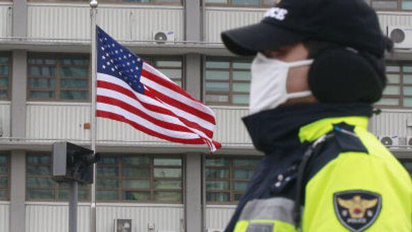 Agente di polizia presso l'edificio dell'ambasciata USA a Seul - Sputnik Italia