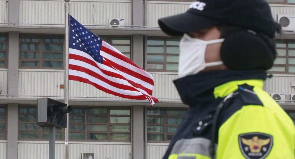 Agente di polizia presso l'edificio dell'ambasciata USA a Seul