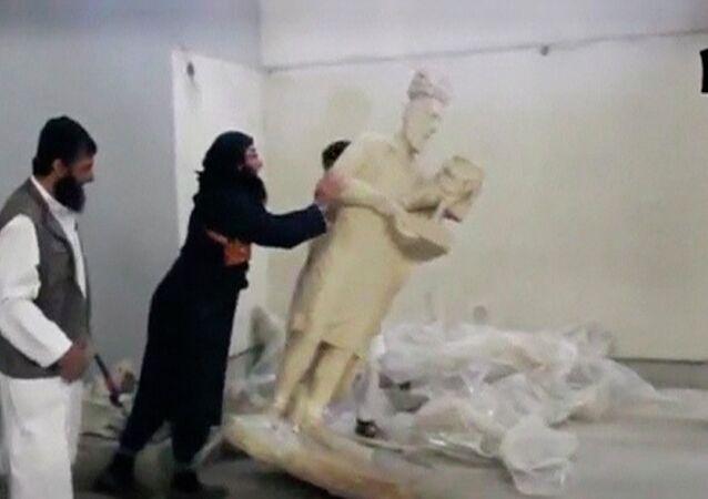 Immagini della distruzione della statue antiche nel museo di Mosul pubblicate da ISIS. Il 26 febbraio 2015