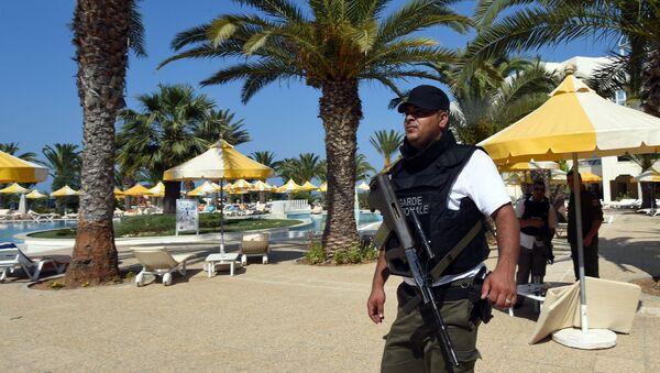 Un poliziotto nella città tunisina Sousse, dove nel 2015 è avvenuto un attacco terroristico - Sputnik Italia