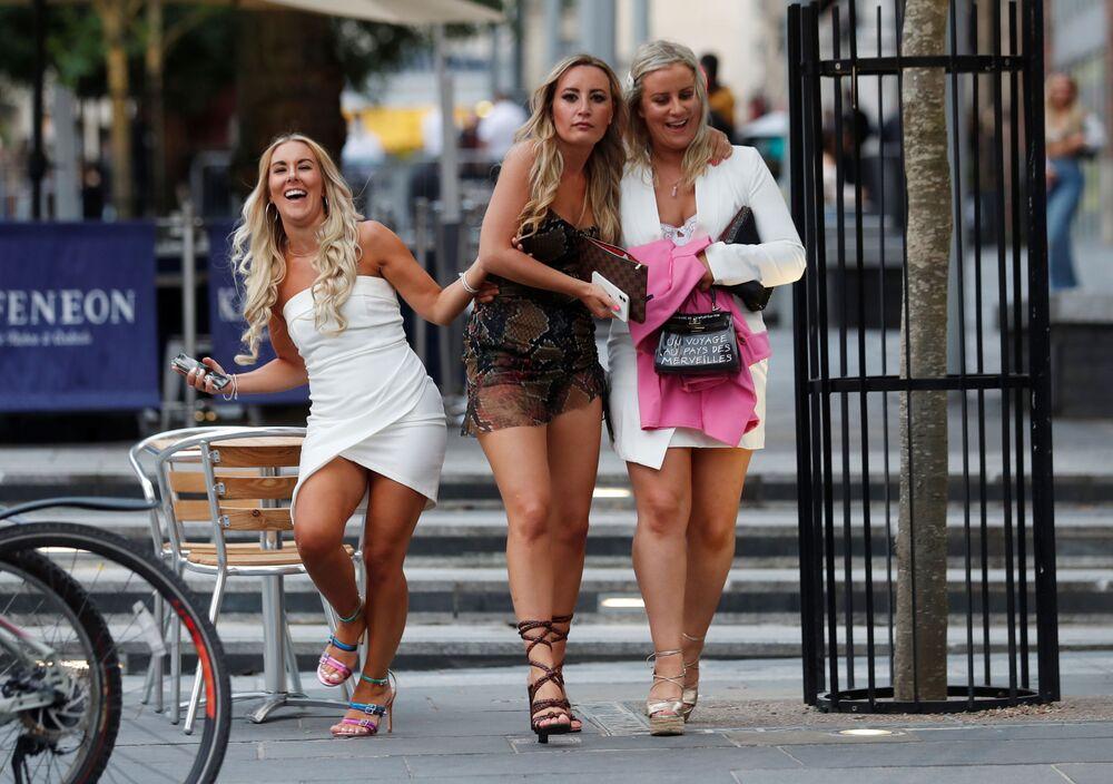 Delle ragazze in una delle vie di Newcastle dopo la riapertura dei pub, Gran Bretagna.