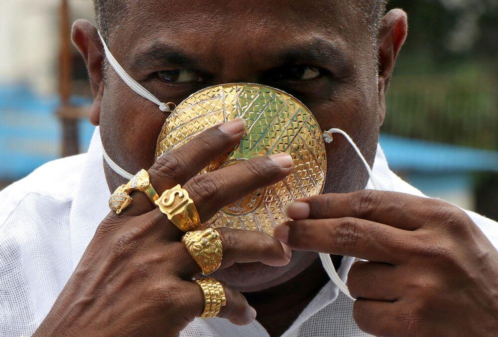 Shankar Kurhade in mascherina fatta di oro si fa fotografare a Pune, India. Secondo Kurhade, la mascherina pesa 50 grammi e costa circa $3870.