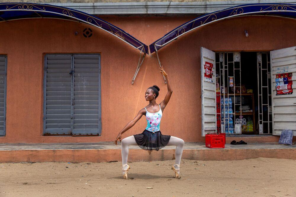 Una studentessa dell'Accademia del ballo in Nigeria.