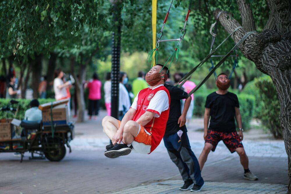 Degli uomini fanno esercizio fisico a Shenyang, Cina.