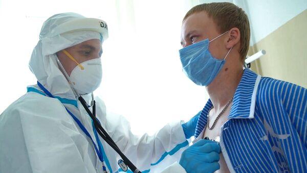 Un medico esamina un volontario del vaccino COVID-19 - Sputnik Italia