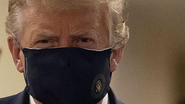 Donald Trump, presidente degli Usa, con una mascherina - Sputnik Italia