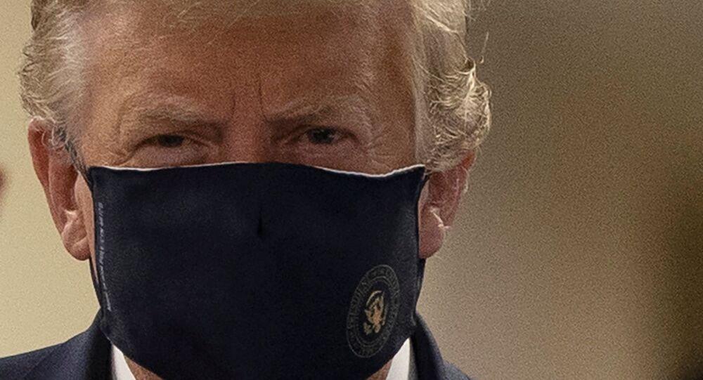 Donald Trump, presidente degli Usa, con una mascherina