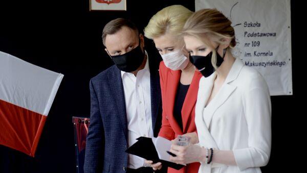 Il presidente Andrzej Duda con moglie e figlia - Sputnik Italia
