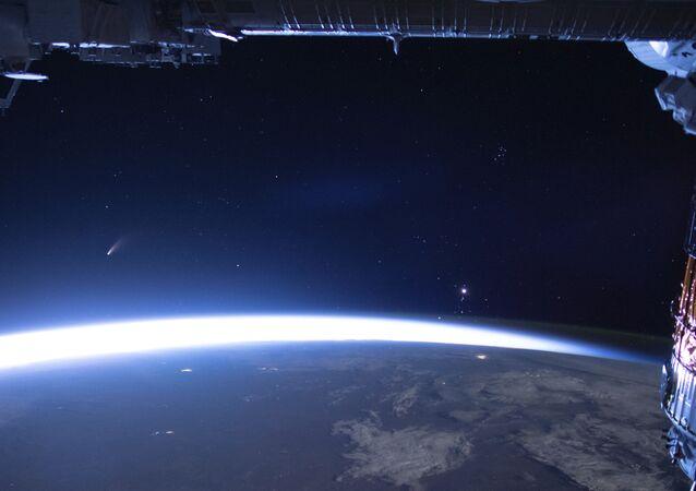Una cometa in volo sulla Terra