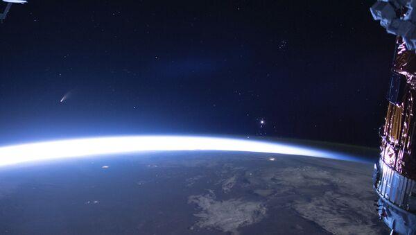 Una cometa in volo sulla Terra - Sputnik Italia