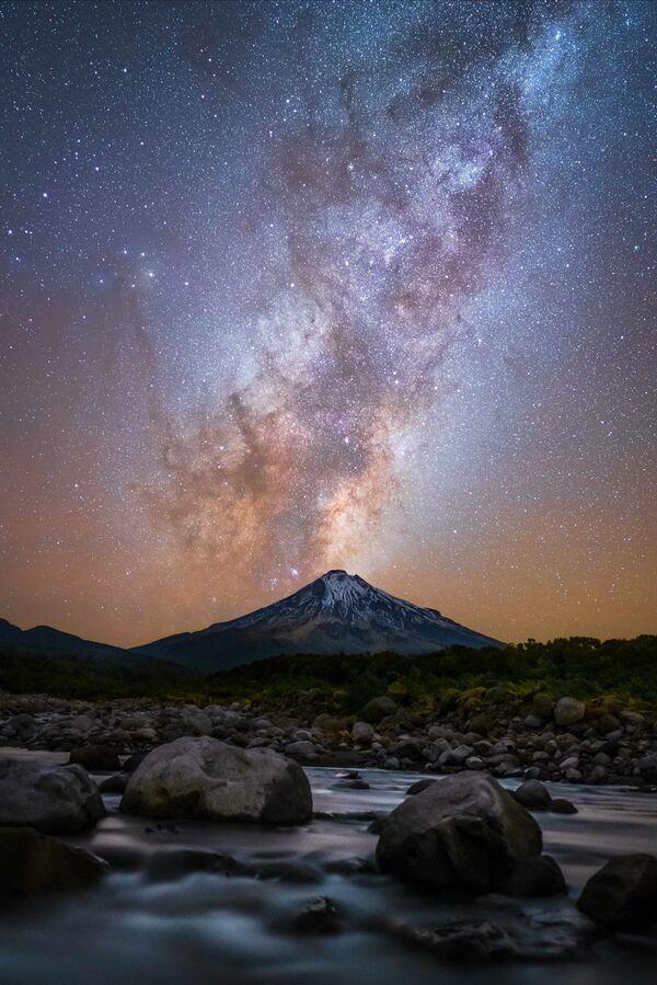 Lo scatto Eruzione di Mt Taranaki di Laurie Winter, vincitrice nella categoria Astrofotografia dei Sony Alpha Awards 2020 - Sputnik Italia