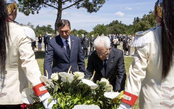 Il Presidente della Repubblica Sergio Mattarella e il Presidente della Repubblica di Slovenia Borut Pahor depongono una corona di fiori presso la lastra di ferro che copre l'ingresso della foiba di Basovizza - Sputnik Italia