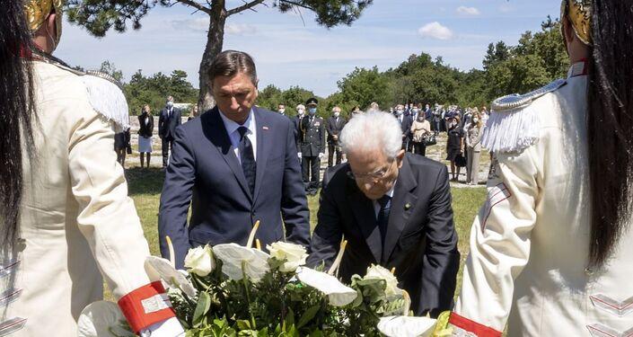 Il Presidente della Repubblica Sergio Mattarella e il Presidente della Repubblica di Slovenia Borut Pahor depongono una corona di fiori presso la lastra di ferro che copre l'ingresso della foiba di Basovizza
