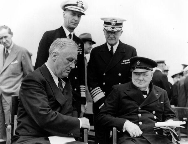 Il presidente degli Stati Uniti Franklin D. Roosevelt e il primo ministro britannico Winston Churchill durante la conferenza di cinque giorni in Canada, il 10 agosto 1941 - Sputnik Italia