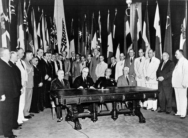 Il 1° gennaio 1942, la firma della Dichiarazione delle Nazioni Unite. Questo documento conteneva il primo uso ufficiale del termine Nazioni Unite, suggerito dal presidente degli Stati Uniti Franklin Delano Roosevelt.  - Sputnik Italia