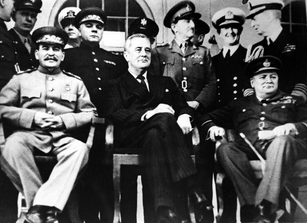 Il segretario generale del Partito Comunista dell'Unione Sovietica Joseph Stalin, il presidente degli Stati Uniti Franklin Roosevelt e il primo ministro britannico Winston Churchill alla conferenza di Teheran, 1943