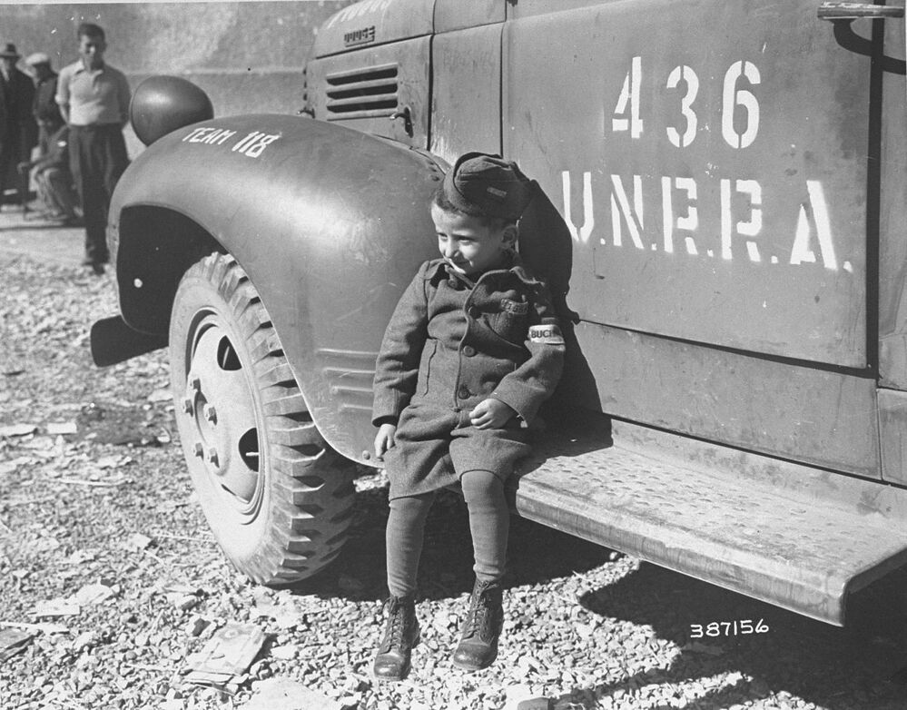 Joseph Schleifstein, un bambino di quattro anni, subito dopo la liberazione del campo di concentramento di Buchenwald