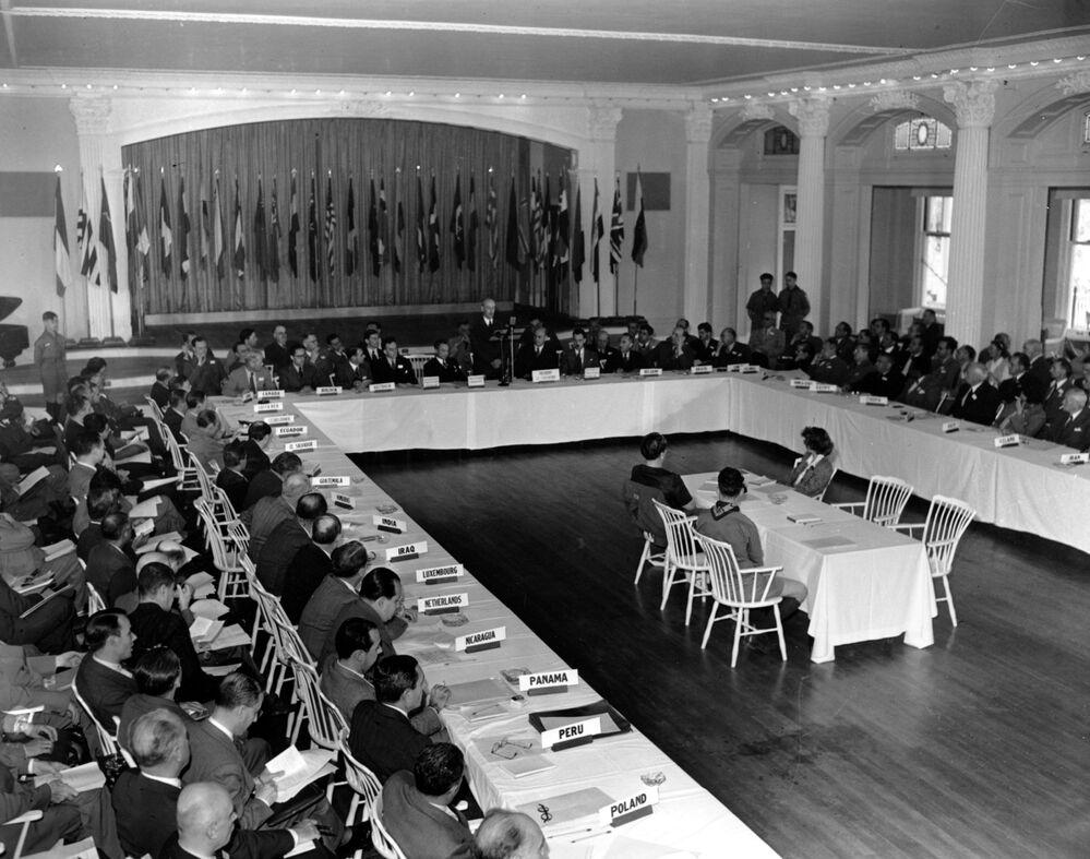 Una sessione plenaria della Conferenza monetaria e finanziaria delle Nazioni Unite a Bretton Woods, il 4 luglio 1944. I delegati di 44 paesi sono seduti nei lunghi tavoli.