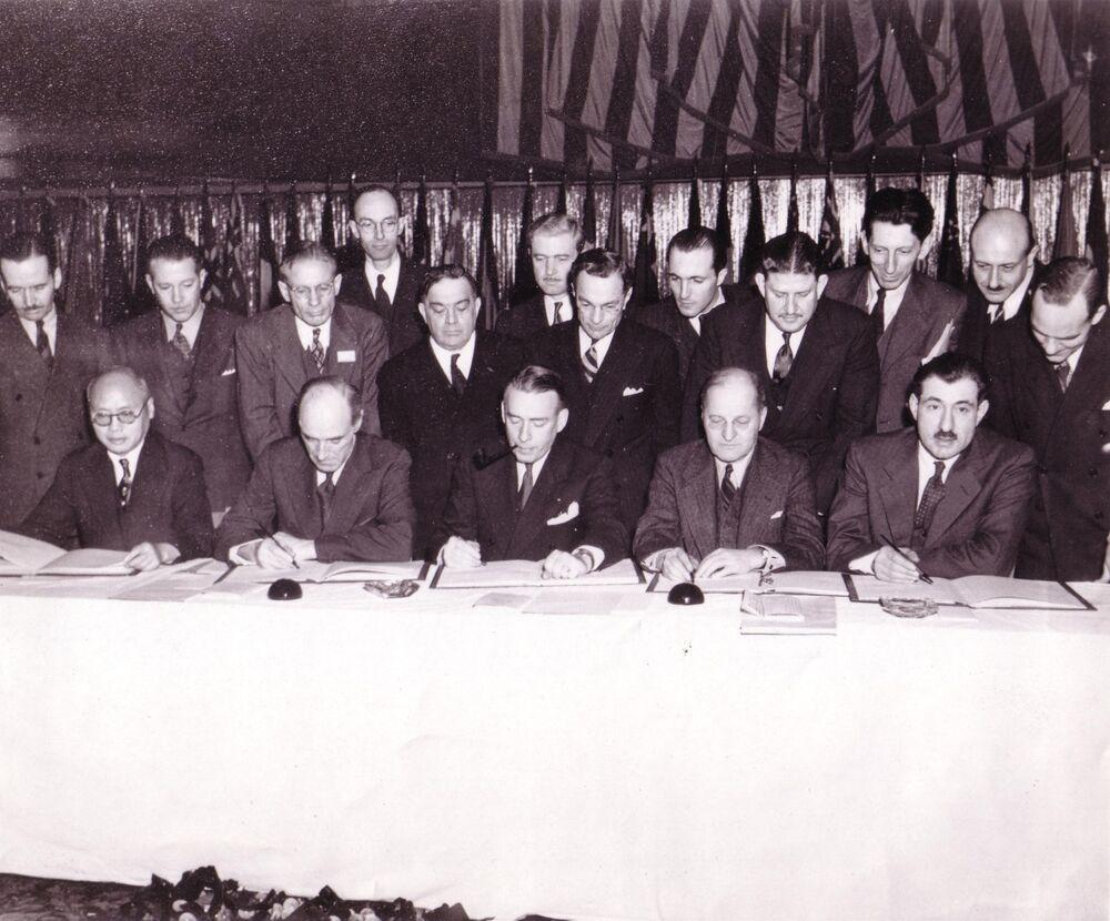 Firma dell'accordo che fonda L'Organizzazione internazionale dell'aviazione civile (ICAO) a Chicago nel 1944