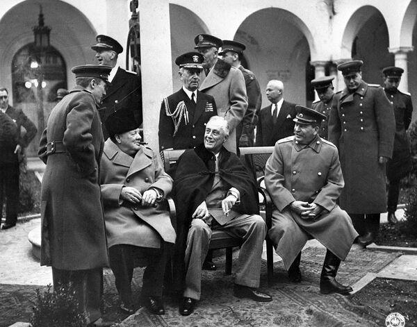 Conferenza delle potenze alleate di Yalta (Crimea), 4-11 febbraio 1945. Il primo ministro britannico Winston Churchill, il presidente americano Franklin Delano Roosevelt e il segretario generale del Partito Comunista dell'Unione Sovietica Joseph Vissarionovich Stalin - Sputnik Italia
