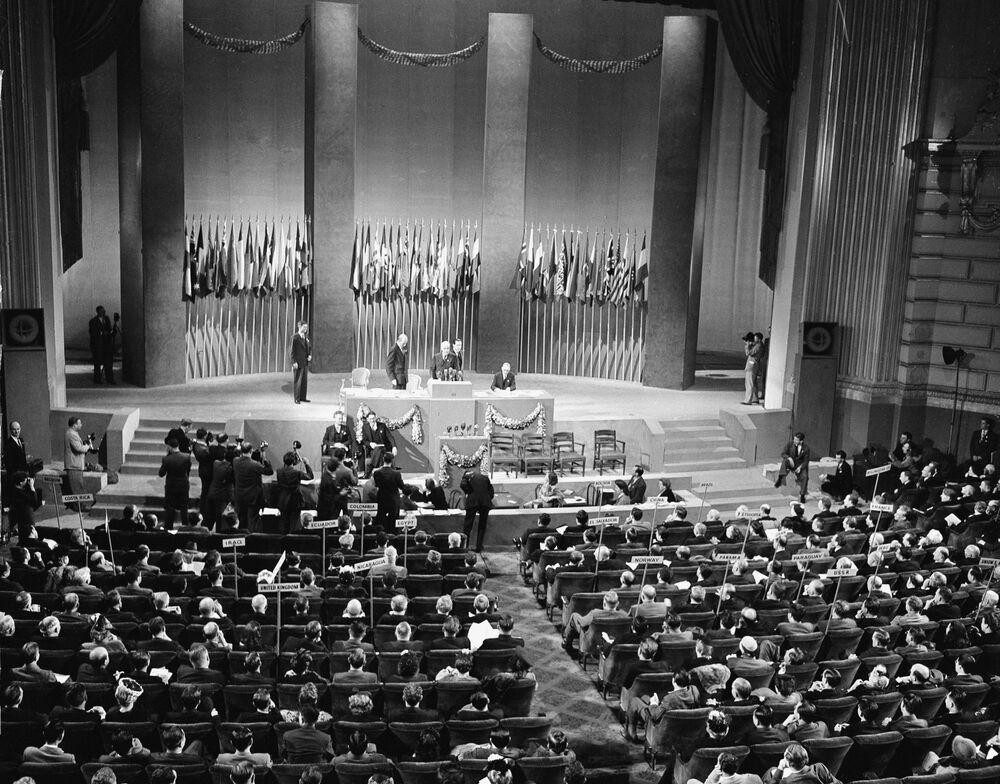 I delegati della Conferenza delle Nazioni Unite adottano all'unanimità la Carta delle Nazioni Unite a San Francisco, USA, il 26 giugno 1945