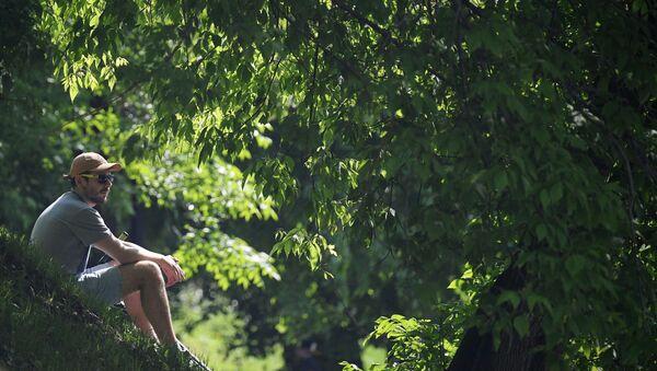 Молодой человек отдыхает в Центральном парке культуры и отдыха имени Горького в Москве - Sputnik Italia
