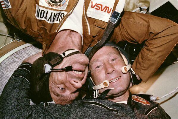 L'Incontro del cosmonauta sovietico e dell'astronauta americano dopo l'attracco delle navicelle spaziali Soyuz-Apollo - Sputnik Italia