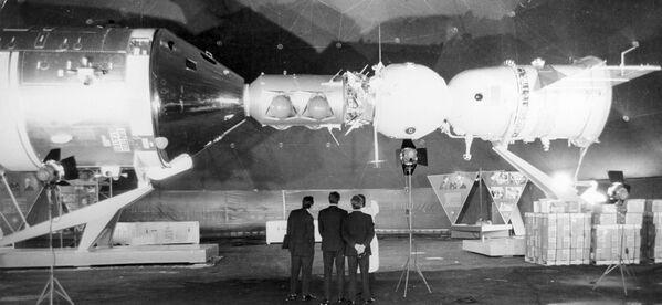 La navicella spaziale statunitense Apollo (a sinistra) e il veicolo spaziale sovietico Soyuz-19 - Sputnik Italia